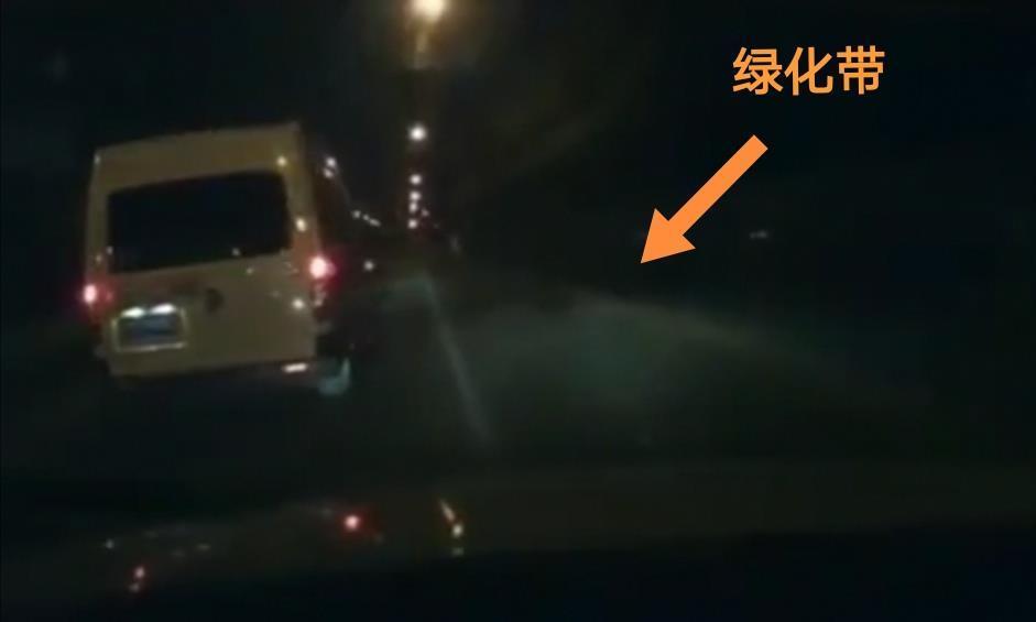 女司机讽刺男子开车慢被别停,女司机故意撞车报复:反正我有保险