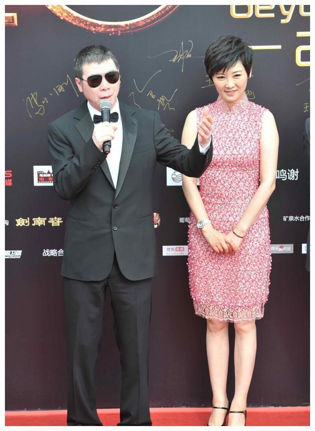 徐帆给冯小刚长脸了,穿粉色无袖旗袍端庄典雅,53岁气质惊艳