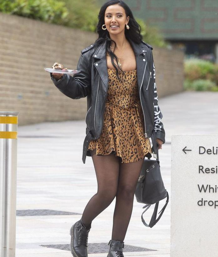玛雅·贾玛街拍照,皮衣内搭豹纹裙,大象腿超美抢镜