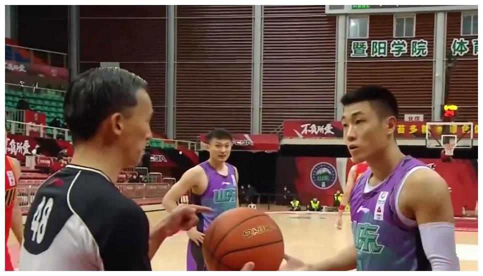 驱逐杜锋成名,48号裁判又惹争议,高诗岩质问:他可以打我脸么?
