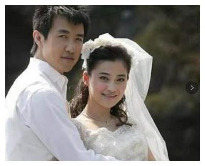 一个不入流导演,梅婷曾是他的前妻,李小冉为他堕胎2次