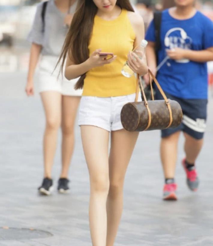 美女街拍:天气逐渐炎热,小姐姐这样穿,清凉又有一丝小性感