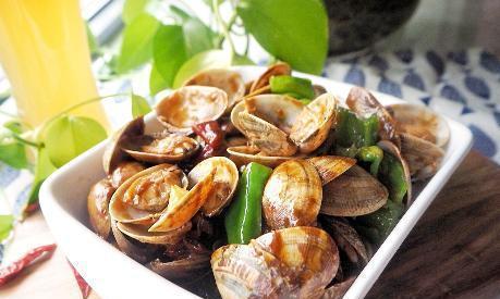 清洗蛤蜊时,不能只放食盐,老渔民教我1招,蛤蜊吐沙快更干净