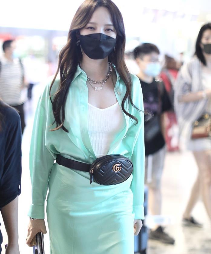 孟佳街拍:薄荷绿缎面衬衣裙Gucci腰包清凉女人