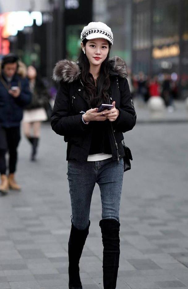 简洁唯美也很好的修饰腿型,牛仔裤衬托出女人的时尚魅力