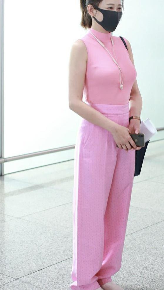 陈乔恩身材好就是任性,穿粉色针织衫配阔腿裤,一般人hold不