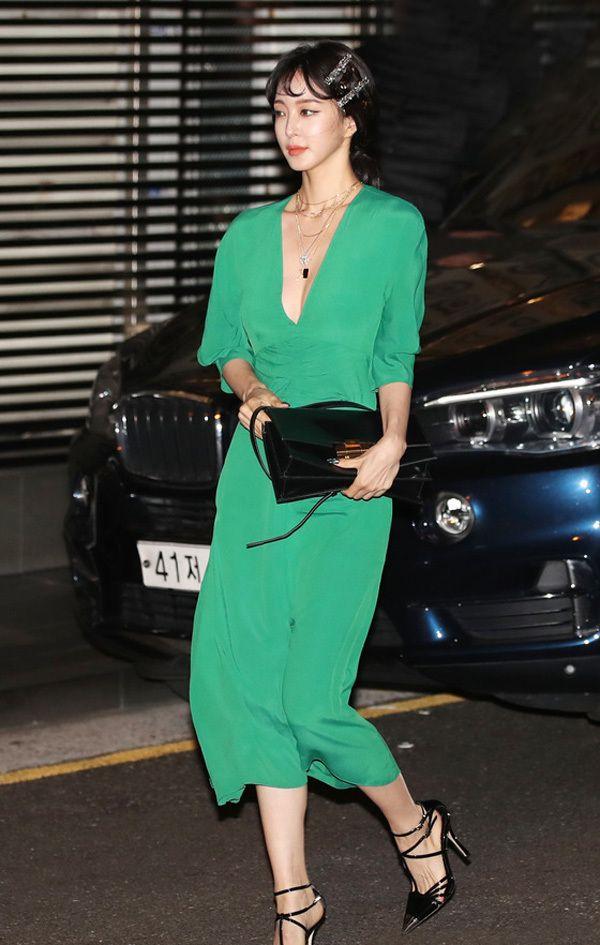 韩艺瑟穿绿色连衣裙展现有格调的Lady look,双排发夹更加甜美