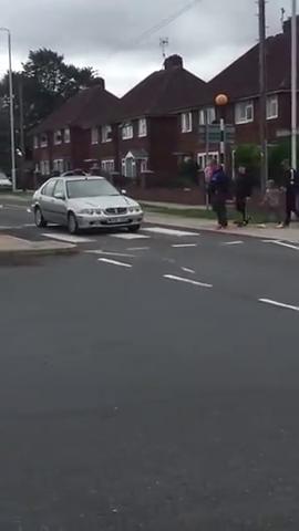 汽车压到了斑马线,外国朋友这样过马路,果然是战斗的民族啊