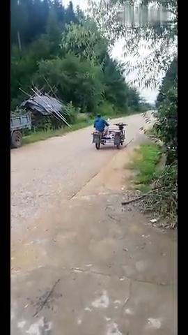 看看牛人改装的摩托车,如果两个人同时骑的话,会不会发生争议