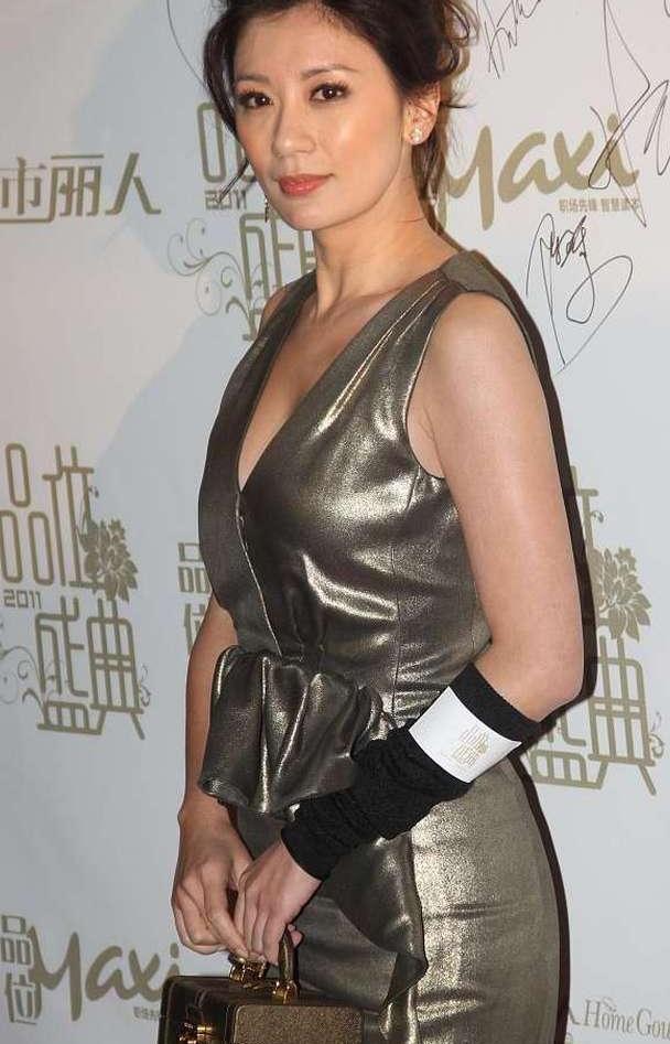 贾静雯气质真不错,穿金色亮面裙配慵懒卷发,知性优雅更显时髦
