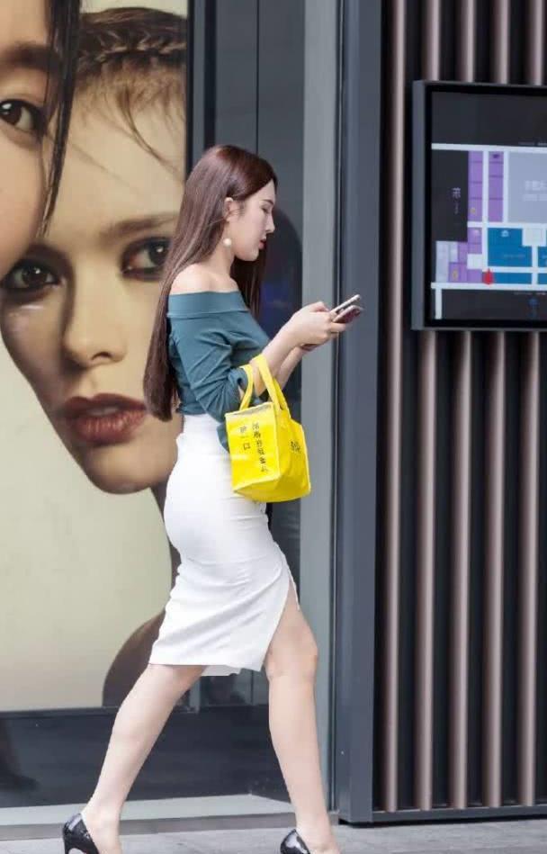 街拍:小姐姐蓝色一字领搭白色开叉裙,性感有魅力