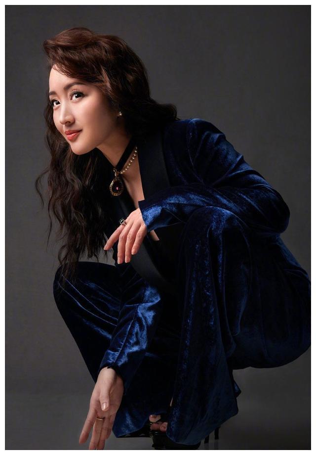 50岁杨钰莹到县城商演!穿白色泡泡袖裙太壮硕,场地简陋惹人疼