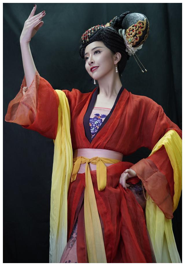 黄小蕾阔别20年致敬舞台 舞袖穿越国家大剧院《大国芬芳》