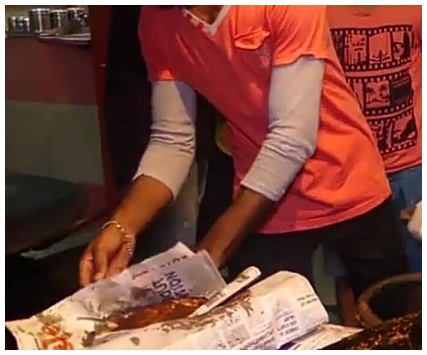 网友实拍国外炸鲤鱼,一次腌制一筐的鱼,一小时不到就卖光了