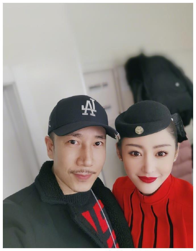 张天爱穿空姐服玩自拍,搭男演员肩膀秀身材,和女演员对嘴卖萌