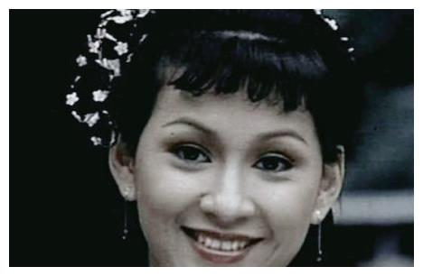 她是《书剑恩仇录》中的香香公主,是周润发的前妻,她是余安安