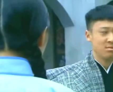 日本武士碰瓷女学生,不料路过小伙是个高手,当街暴揍小鬼子!