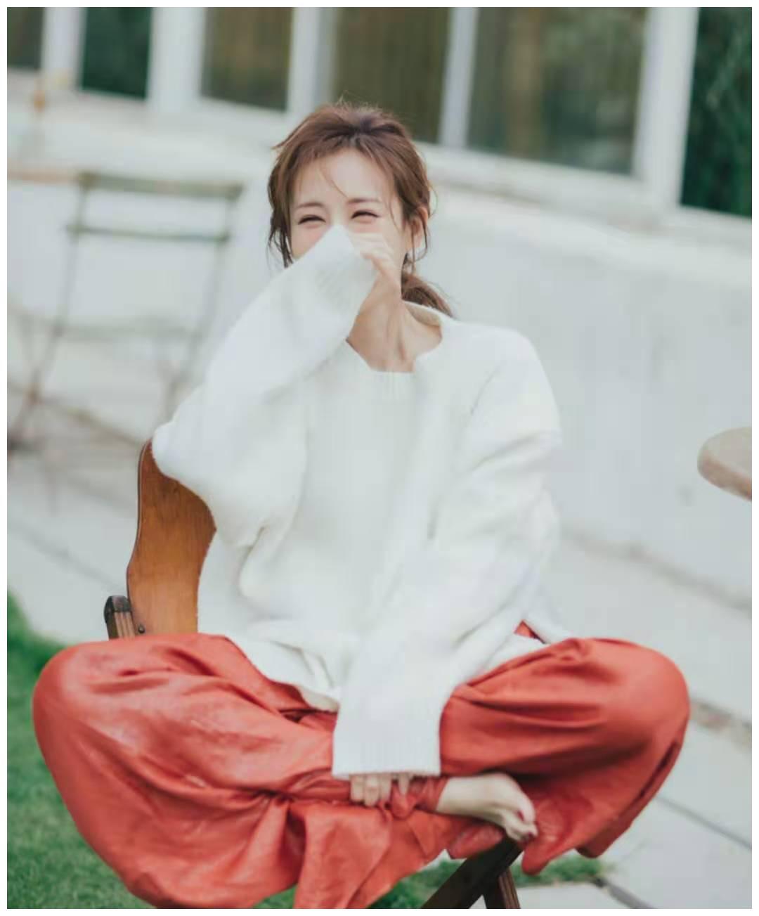 李一桐撞色穿搭,白毛衣配红裤子,大写的时尚