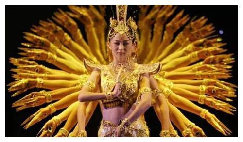 2005年,邰丽华以《千手观音》火遍全球,15年过去,她过得怎样?