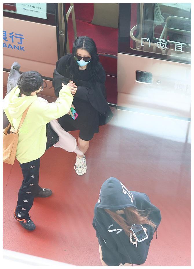 赵小棠孔雪儿合体搭机秀美腿 获身边人送外套难抵低温