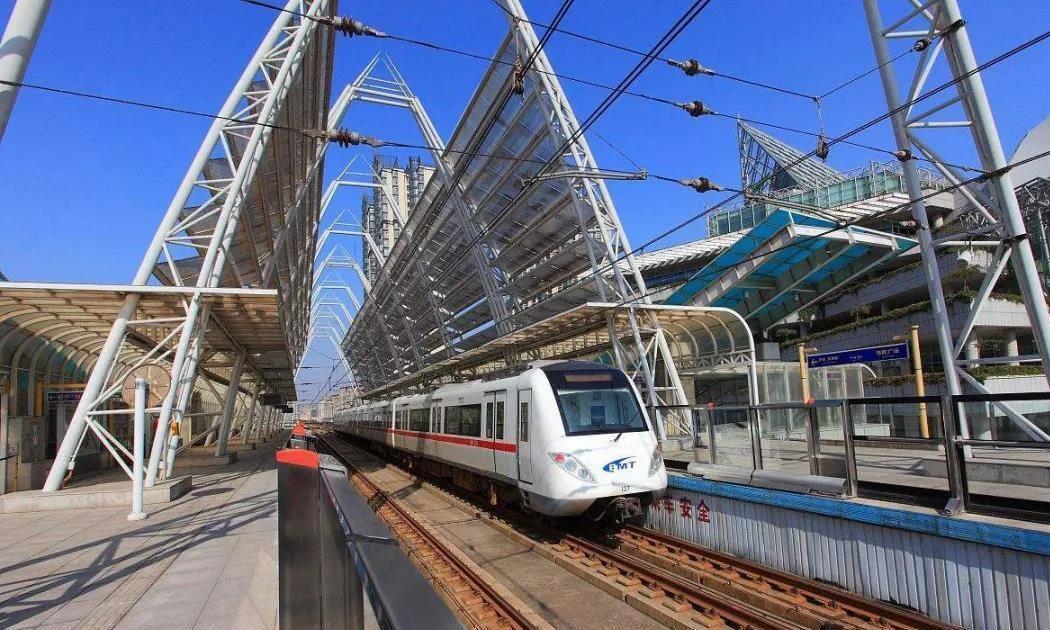 天津市一条西北-东南方向的地铁骨干线,长41.04公里