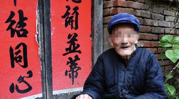 父亲不识字让儿媳代取钱,回家再看余额,老婆的用心让我泪流满面
