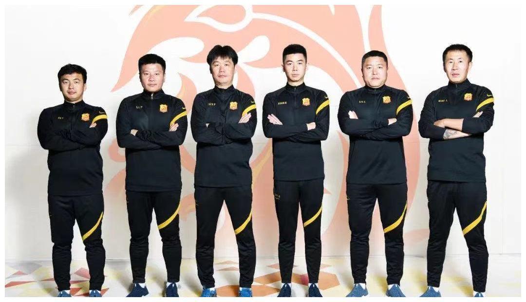 李霄鹏挖空山东泰山教练组,球迷称为不地道,而武汉球迷更慌张