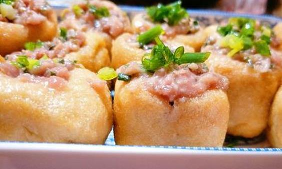油豆腐换种做法,有荤有素,好吃入味儿,香辣过瘾,上桌就抢光