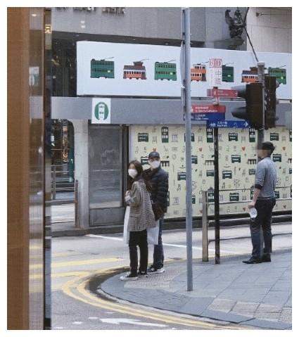 网友偶遇张智霖夫妇,俩人打扮低调为袁咏仪抢口红,真是购物狂