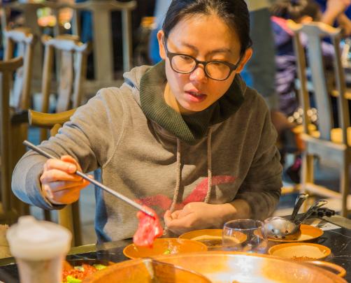 老外疑惑:中餐违反了食品安全建议,为什么中国人吃了没事?
