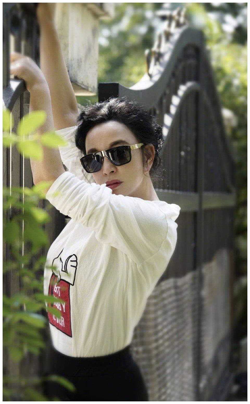 刘晓庆时尚感不减,白T恤配哈伦裤超显瘦