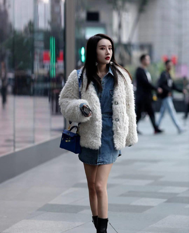 街拍:小姐姐白色毛绒外套搭配蓝色牛仔短裙,气质优雅时尚