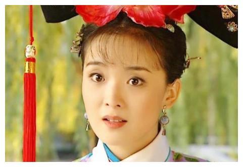 47岁王艳真有嫩感,打扮低调没有阔太范,携儿子亮相很有情侣感
