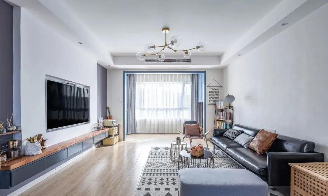 一个小小的房间,书桌、衣柜、床都有,真会省空间!