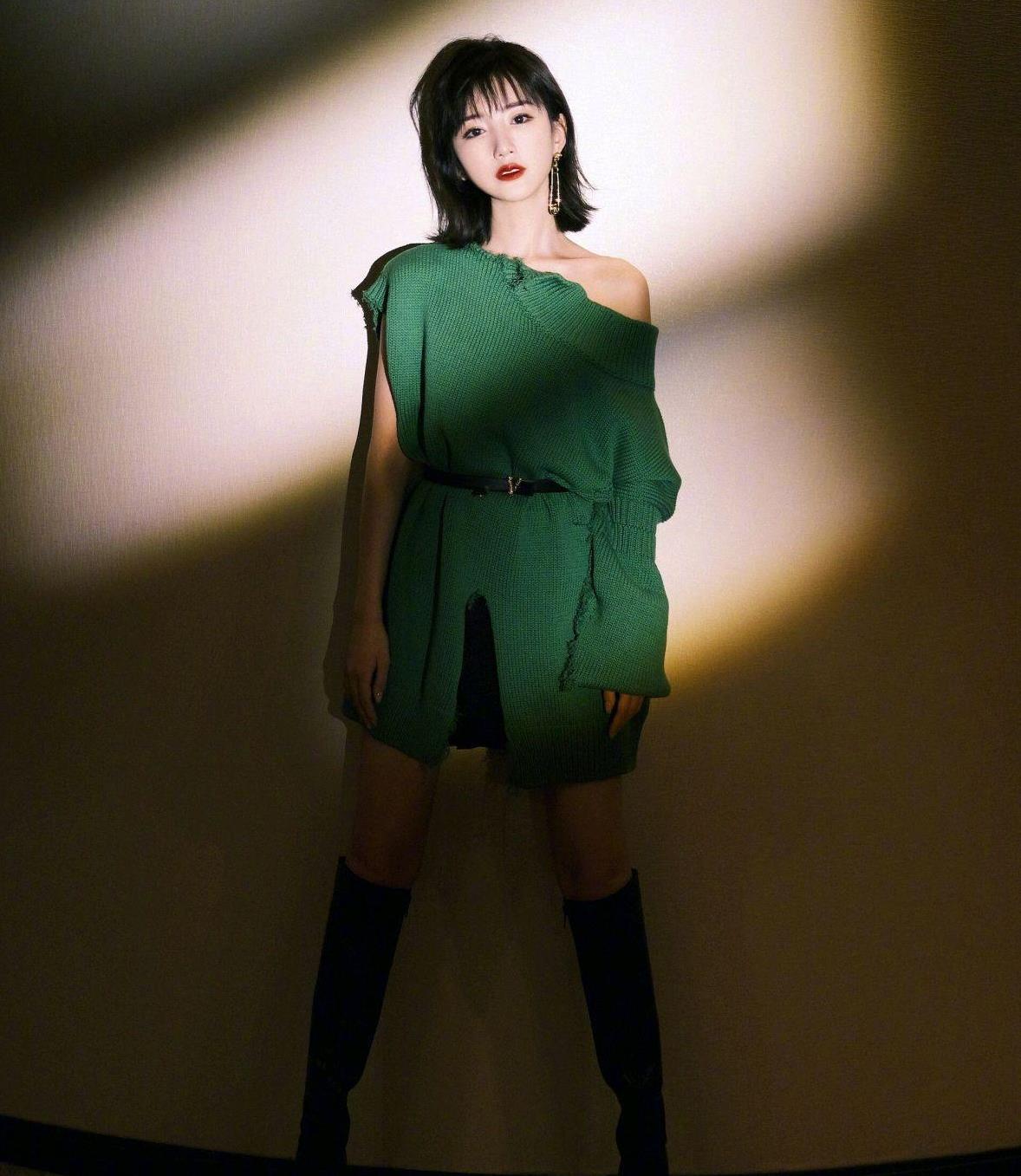 """毛晓彤厉害了,这么""""破旧""""的墨绿色针织衫,也能穿出时尚感"""