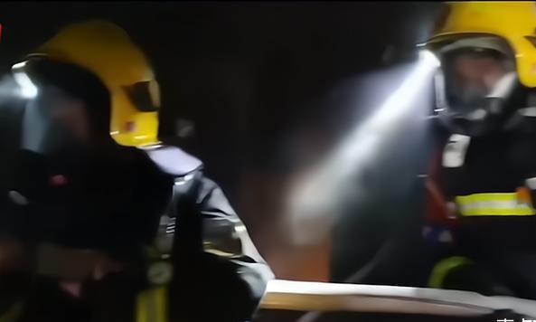 江苏发生一火灾,地址南京建邺区,80岁老人陷入昏迷让人揪心
