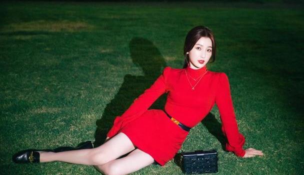 穿红色连衣裙很土吗?看虞书欣亲身示范红色连衣裙穿法,超显气质