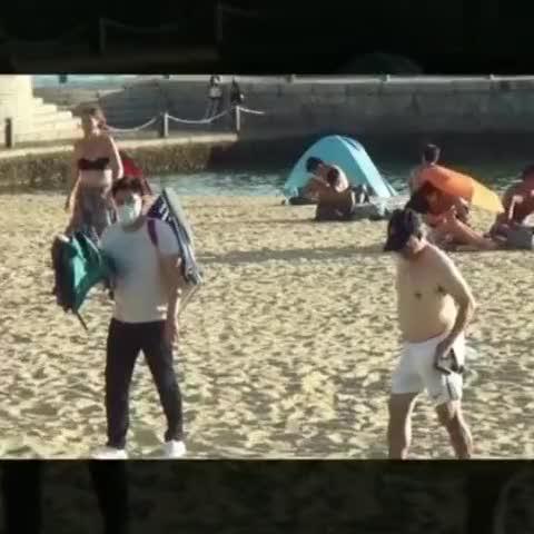 霍启刚携儿女沙滩玩耍,霍震霆享受日光浴,郭晶晶妈妈充当帮手!