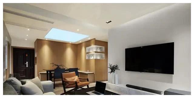 电视墙没有任何设计,就是简单的大白墙,下面也没有打电视柜,就是简单
