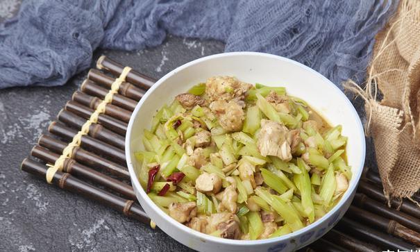 西芹炒鸡肉,低脂美味超下饭的便当美食,适合上班族的快手家常菜