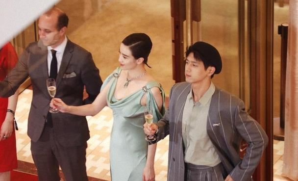 宋佳越来越优雅,穿绿色连衣裙配钻石项链,同框李现不显年龄差