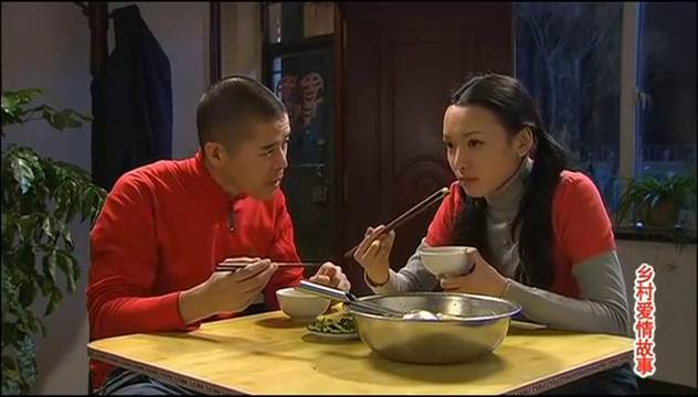 小夫妻两个在家吃面条厉害了,直接用盆装,一口接着一口美滋滋