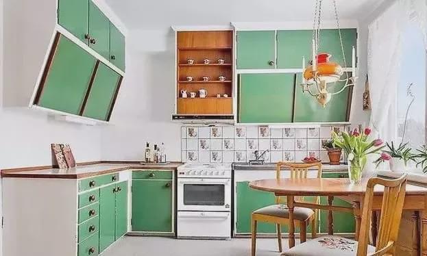 头一次见厨房吊柜这样装!造型别致又实用,再也不担心会碰头了