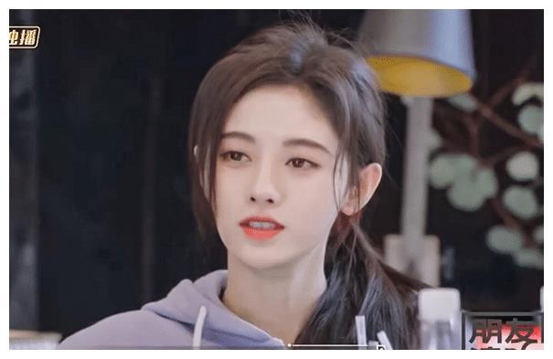 """鞠婧祎扎""""偏马尾""""录节目,谁注意到她的发带?"""