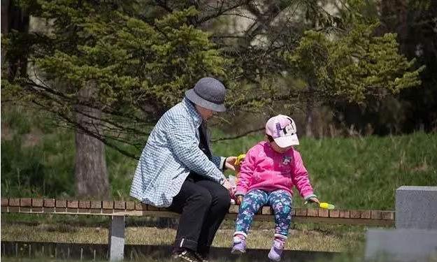 """老人帮忙带娃,反被宝妈""""嫌弃"""",背后这四个原因,你躺枪了吗?"""