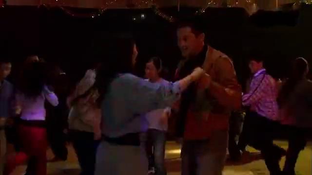 老大排场就是大,晚上舞会两位美女舞伴,小弟看得目瞪口呆