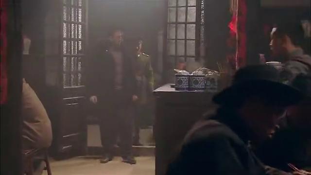 唐烨急于报仇,却落进敌人圈套,原来匪徒是为了引出他的区长父亲