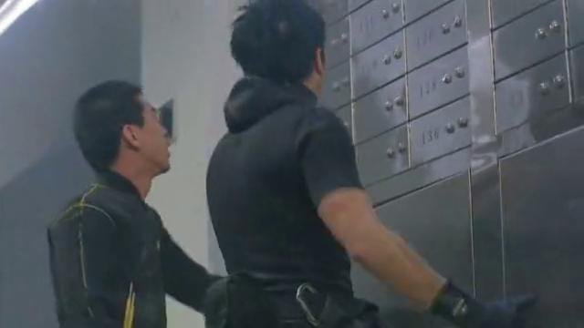 高度戒备:两男子刚要敲开保险柜,忽然遭遇停电,点真背!