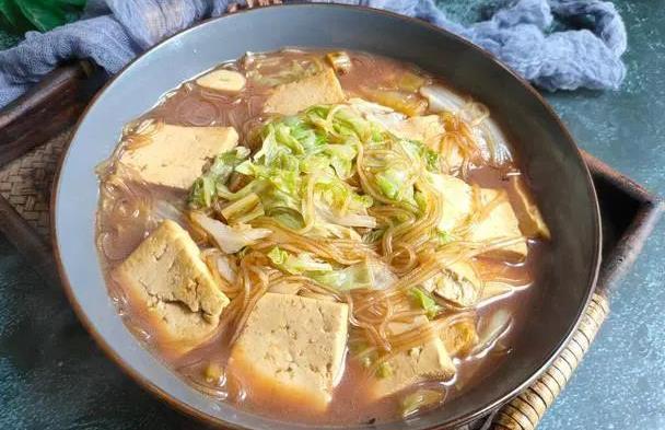 """天气冷,就馋这锅""""热乎菜"""",三种食材一锅炖,不放肉也倍儿香"""