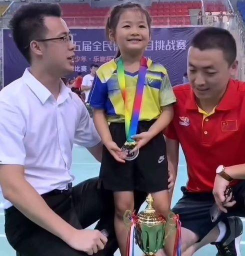 小女孩被教练训斥后火了,立志要成世界冠军,邓亚萍亲自指导!